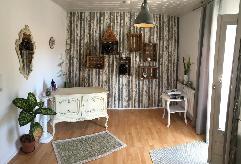 Eingangsbereich mit Empfang und Ausstellungsstücken