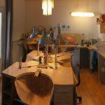 Werkstatt mit verschiedenen Arbeitsbereichen